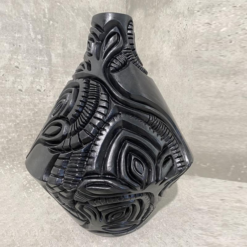 CE2020_Van_Niekerk_Anereen_Black_Carved_Vessel